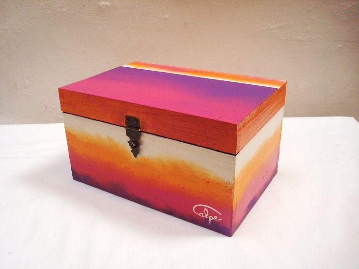 Caja de madera pintada a mano. http://calpearts.blogspot.com.es/p/broches.html