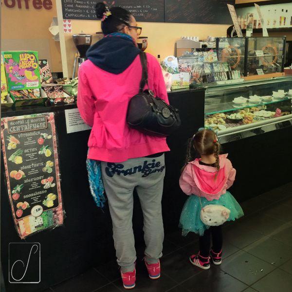 #unabellagiornata 116/365 Nell'era prima del grande freddo l'associazione cromatica, che vi piacesse o no, era chiara: l'azzurro era il colore dei maschietti; rosa e fucsia ( o fuschia, o rosa cicca) quello delle femminucce. Poi è giunto il regno della gelida Elsa...e l'azzurro è divenuto roba da femmine 😝 #pink #lightblue
