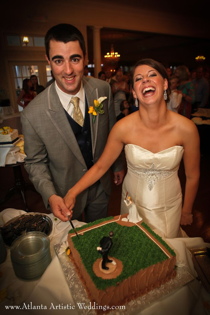 baseball wedding cake - great photo of the bride and groom! #baseballwedding