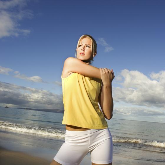 Vous cherchez à assouplir vos épaules ? Il existe de nombreux exercices d'étirement des deltoïdes, nous vous présentons ici les principaux.