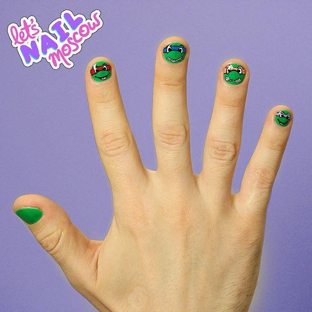 #TMNT #TeenageMutantNinjaTurtles Мой МЧ теперь полностью экипирован к премьере #ЧерепашкиНиндзя !  Совешенно не понимаю почему мужчины делают тату и носят принтованные футболки, но стесняются сделать забавный рисунок на ногтях, например, к премьере любимого фильма?) Это же так круто!!! И черепашки как нельзя кстати к #черепальцы2x2