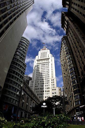 O Edifício Altino Arantes (também conhecido como Edifício do Banespa ou Banespão) é um dos prédios mais emblemáticos da capital paulista, sendo o 3º mais alto da cidade e o 5º do Brasil.  Logo após a inauguração, na década de 1940, chegou a ser considerado a maior estrutura em concreto armado do mundo.