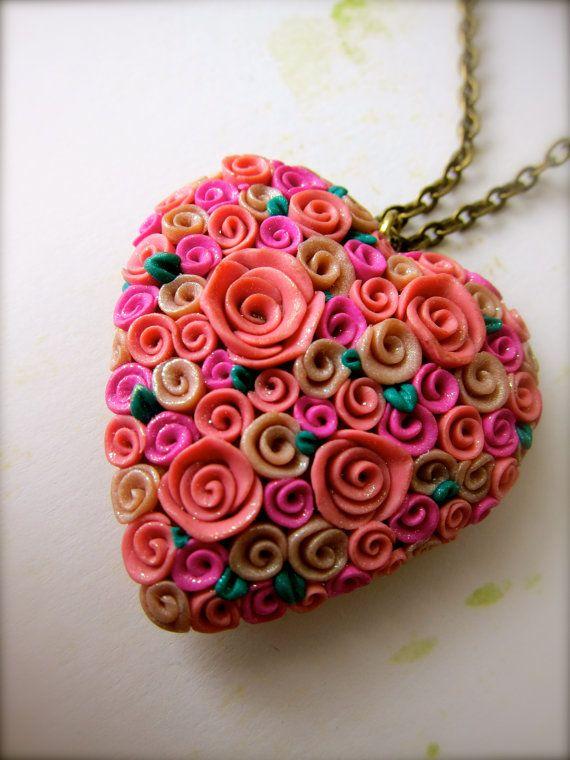 Collar de corazón cubierto de rosas en arcilla polimérica / polymer clay