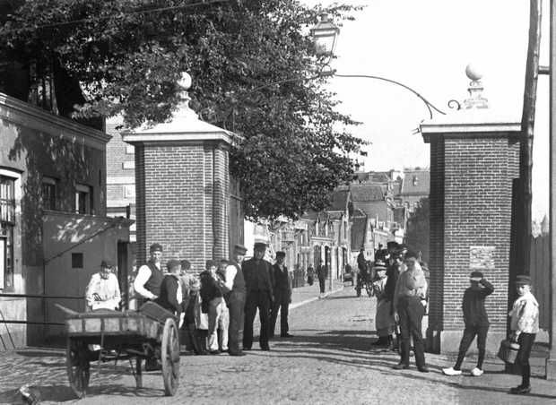 Tolhek aan de Amsteldijk, gezien in noordelijke richting naar de Ceintuurbaan. Links een deel van het gemeentehuis van Nieuwer Amstel (voorheen het Gemeentearchief Amsterdam) en de Tolstraat. ANP PHOTO