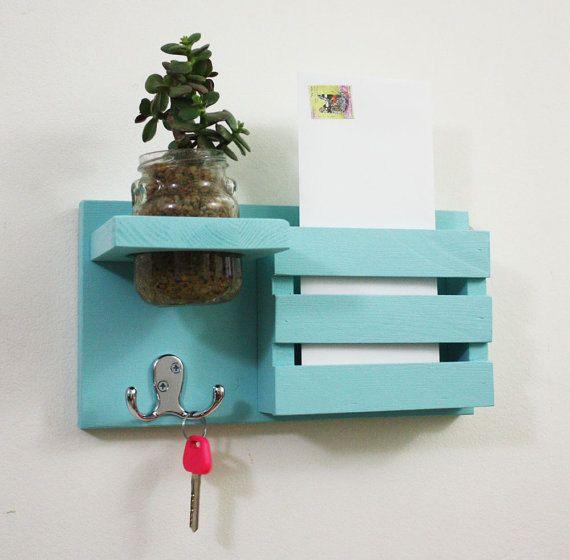 Un Mail organisateur, Mail titulaire, titulaire de la lettre, courrier et porte-clés, trieur de courrier, décoration de pot mason est un accessoire idéal avec de belles couleurs ! Cest le cadeau parfait pour une pendaison de crémaillère, anniversaire ou juste pour avoir autour de nimporte où dans votre maison, appartement, dortoir ou votre bureau !  Il a 2 cintres double pour les clés, un pot de fleurs, une petite étagère pour placer vos verres et rangement pour stylos et courrier. Il est…