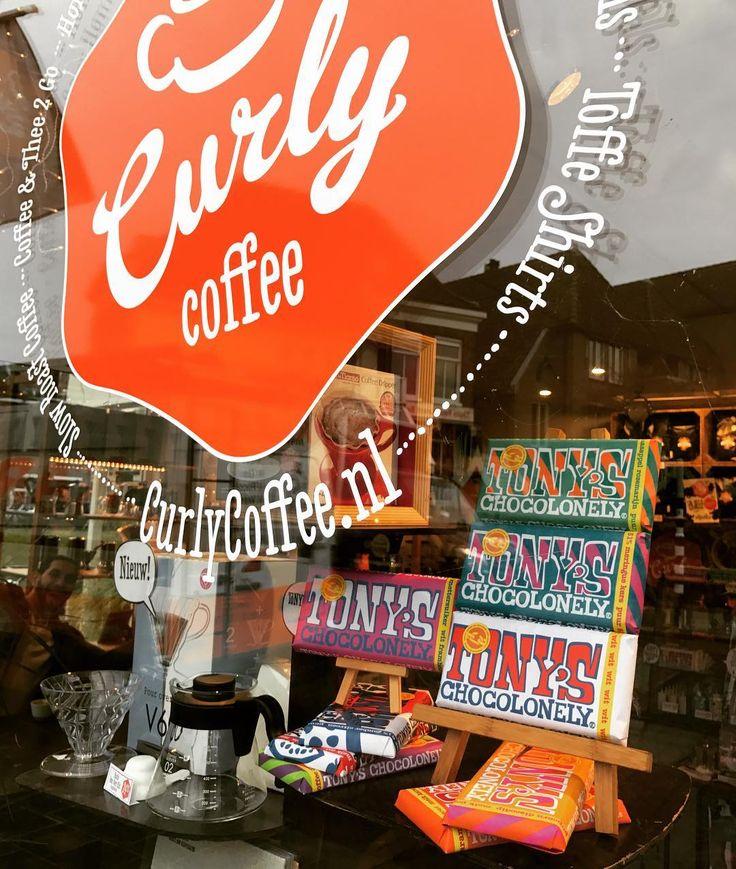 Tony's Chocolonely in de etalage bij de Curly Coffee winkel in hartje Zwolle  #tony #chocolade #genieten #knettergek #zwolle #tonyschocolonely #white #limitededition #chocolat #nieuw