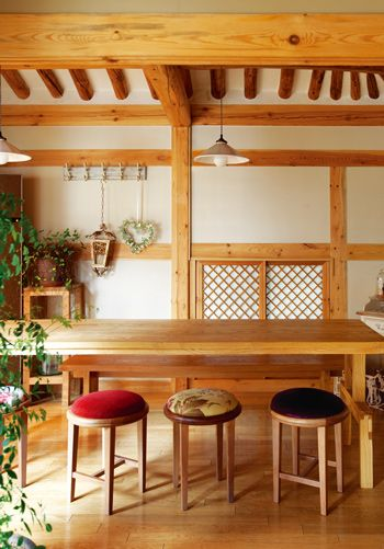 Modern interior harmonized in a beautiful 'Han-ok'(Korean traditional house)