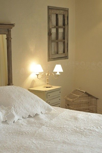 chambre coucher avec un lit deux places table de chevet en bois peinte en blanc cage. Black Bedroom Furniture Sets. Home Design Ideas