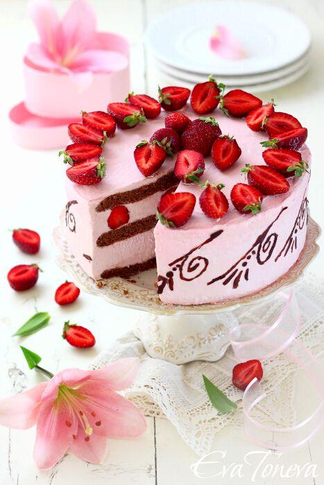 Strawberries-Mascarpone-layer-cake