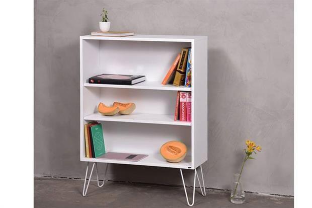 Biblioteca modelo Wire con patas de hierro y estantes de madera laqueados en blanco (Son Muebles).
