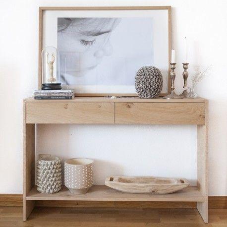 Una bonita consola con dos prácticos cajones y un estante inferior, perfecta para tu recibidor o como mueble auxiliar en tu salón.