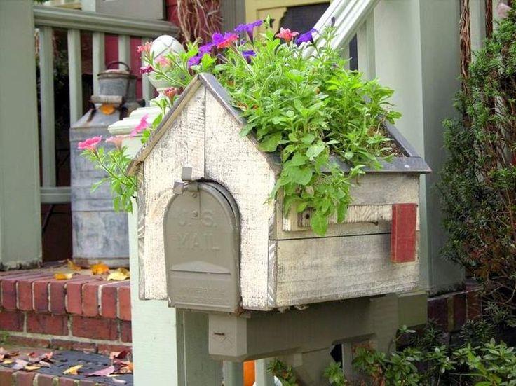 idée de boîte aux lettres originale en forme de maisonnette d'oiseaux dotée d'un toit végétalisé
