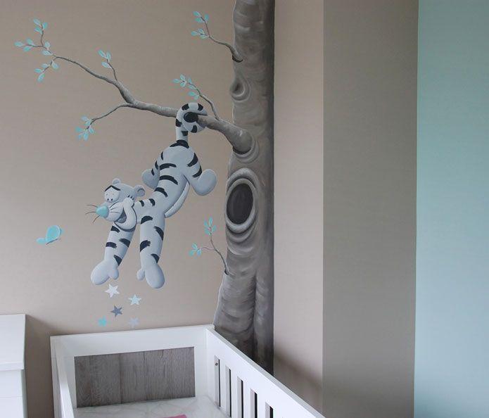 Tijgertje muurschildering, Winnie the Pooh, Teigetje hangend aan tak. Gemaakt door BIM Muurschildering.
