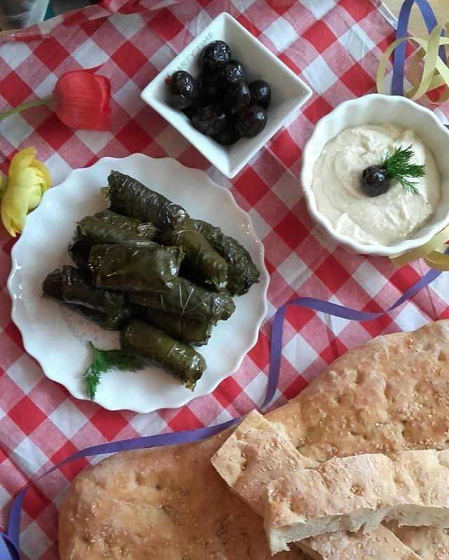 Καλή Σαρακοστή !!!.Για αρχή 😉😉😉Ντολμαδάκια & ταραμοσαλατα [Συνταγές στο blog]Και φυσικά λαγάνα 😋😋😋[Απο τη @mikri_kouzina ]Τα υπόλοιπα σε λίγο 😉😉. ...#sarakosti #Lagana #taramosalata #fishroesalad #greekstuffedvineleaves #ntolmadakia #γιαλαντζι #katharadeutera #cleanmonday ##tradition #flatbread #lifokitchen
