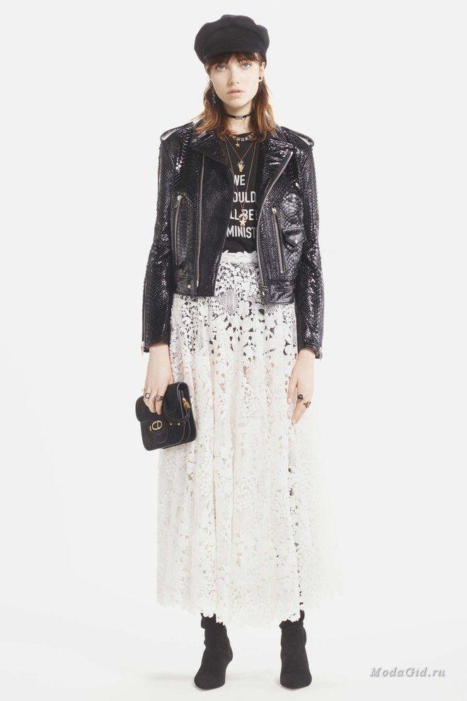 """Мария Грация Кьюри представила свою новую коллекцию для модного дома Christian Dior в Париже. Это совершено обновленный, но все же узнаваемый стиль модного дома: дизайнер предлагает сочетать вещи по-новому: прозрачные платья - с кожаными крутками, деним - с бархатом, меховые жилеты - с плиссированными юбками. В коллекции много красивой отделки: бархатные сердца на жилетах, вышивка в виде звездного неба на платьях, и, конечно, надписи в духе """"we should all be feminists""""."""