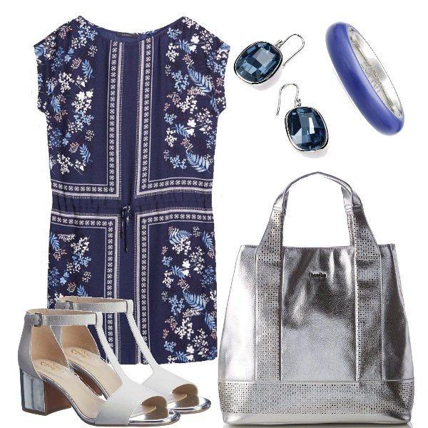Delizioso vestito nei toni blu, in viscosa, con coulisse, abbinato ai sandali bianchi col tacco argento come la borsa, orecchini blu e semplice anello, mix classico.