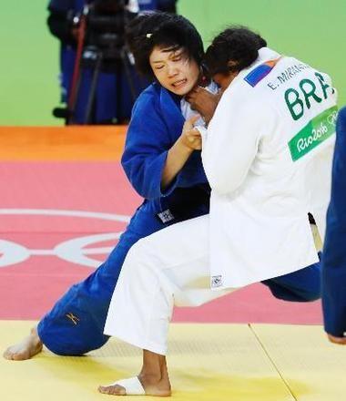女子52キロ級3位決定戦 ブラジル選手(右)を破り銅メダルを獲得した中村美里=リオデジャネイロ(共同)