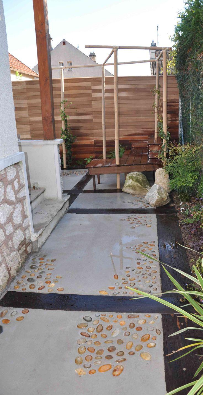 Terrase avec jeux de galets dorés en calades. Création et photo Taffin.