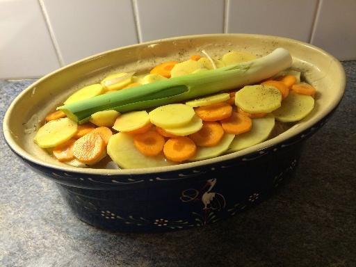 échine de porc, poivre, poivre, feuille de laurier, thym, épaule, pomme de terre, poireau, farine, vin blanc sec, oignon, oignon, gîte, porc, ail, sel, carotte