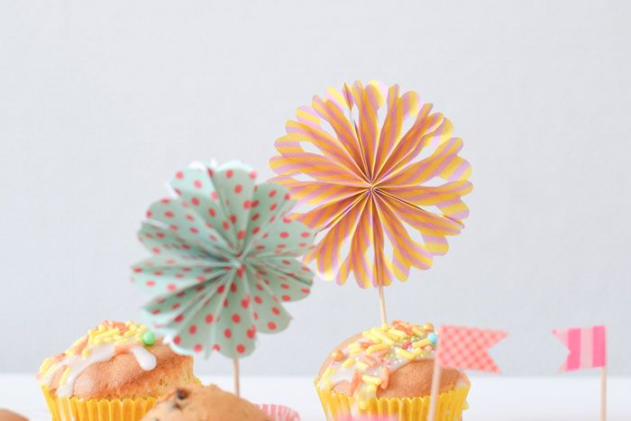 You can make these pinwheels as big as you like. Today I will show you how to make the small ones, they are the perfect decoration for cupcakes. When you make them bigger you can use them as party decoration...