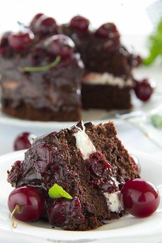 Шоколадный торт с бальзамической вишней