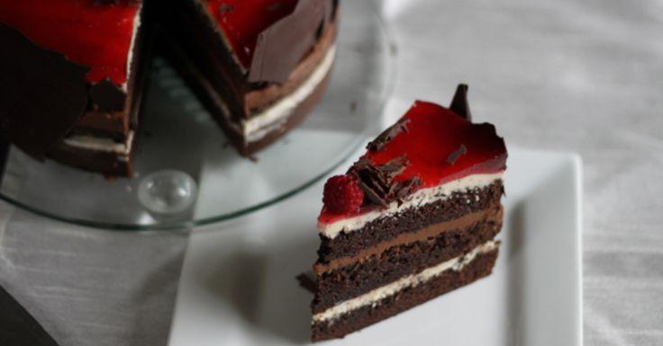 """her en sjokoladekake med sjokoladekrem og vaniljekrem,. Bunnene er """"spicet"""" med kanel og epsressopulver"""
