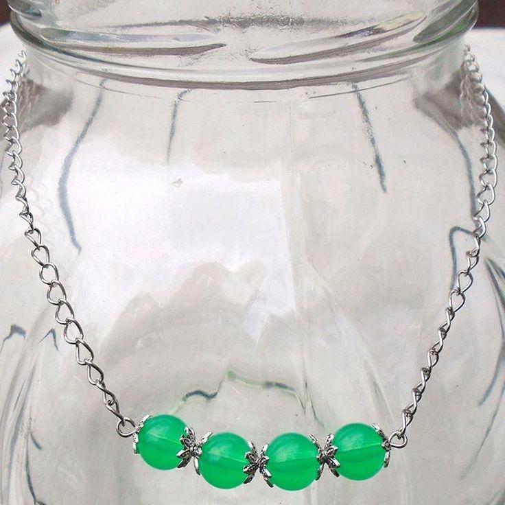 5047 : #halsketting van groene glaskralen (8mm) en strass rondellen met groene kristalletjes  7€ - deel van #setje #sieradensetje #sieraden #handgemaaktesieraden - #halsketting met zeer weinig gewicht