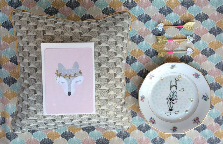 Coussin en tissu jacquard de Walkie Talkie, carte renard à paillettes de My Lovely Thing, assiette Lapin Citron et flèches magnets des Colocataires. Retrouvez ces créateurs à la boutique à Nantes.