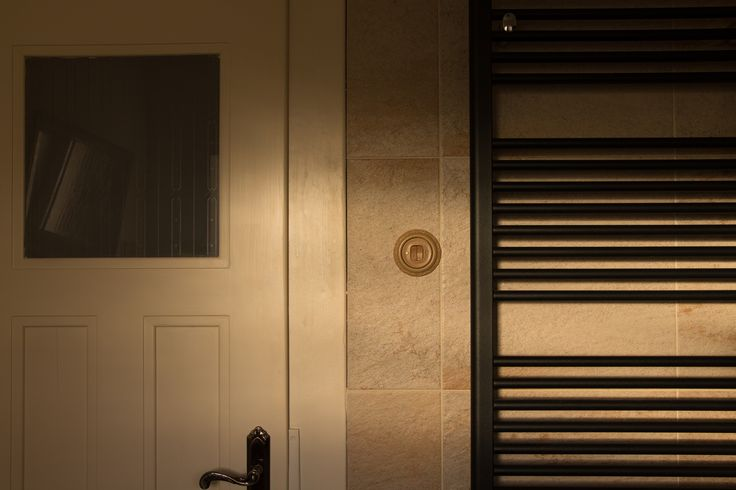 100 let staré renovované dveře a Mulier vypínač.