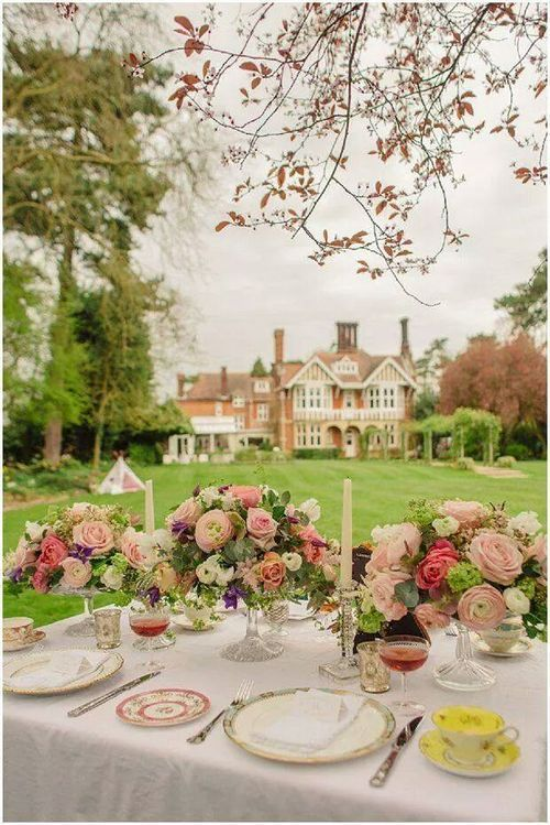 Mixing china on an elegant, outdoor table, English country style