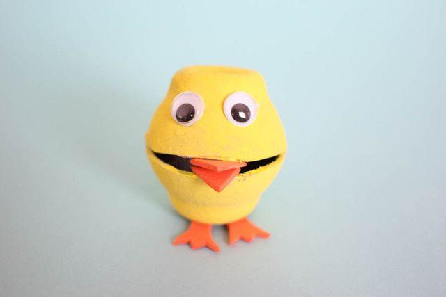 Pollito creado con una caja de cartón de huevos. Tutorial paso a paso con fotos en que verás cómo partimos con una caja de cartón, y terminamos con un adorable (y útil) pollito.