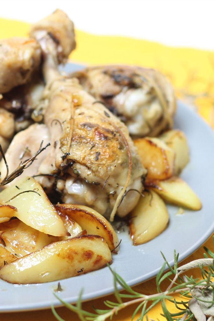 I fusi di pollo agli aromi con patate è un secondo piatto ricco di erbe aromatiche con l'interno tenero, morbido e molto succoso!
