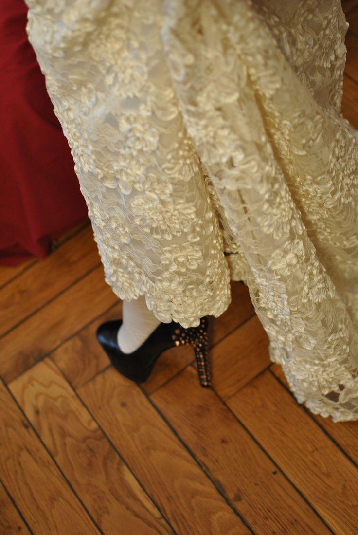 Scarpa borchiata sotto abito in pizzo rebrodé  Favole di Seta Sartoria Torino