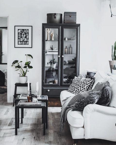 Vit Lejonet howardsoffa, rak 3 sits. Howard, soffa, linne, dun, mässing, hjul, möbler, inredning, vardagsrum, Madelene Billman.