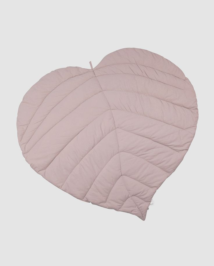Smukt vattæppe til baby fra Müsli by Green Cotton. Tæppet er formet som et blad og måler 85 x 100 cm. Brug tæppet som et legetæppe på gulvet eller som et pynte tæppe på børneværelset. Produktet er produceret i 100% økologisk bomuld og GOTS certificeret.