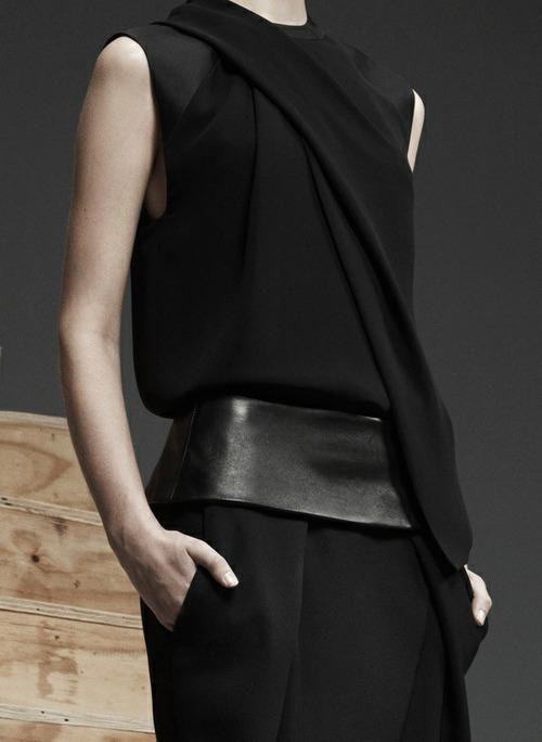 Alexander Wang. Prefall, 2013. conjunto pantalon cintura cuero y blusa negro