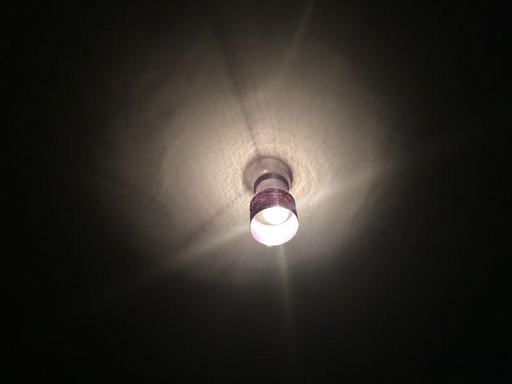 Pantalla de botella plastica con cuerito morado, linda textura de la luz al encenderla