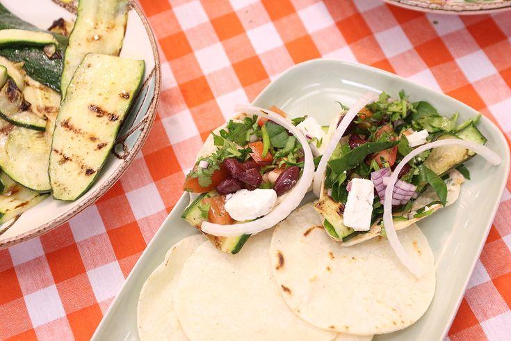 Zelfgemaakte maïstortilla's met avocadosalsa, courgettes en feta