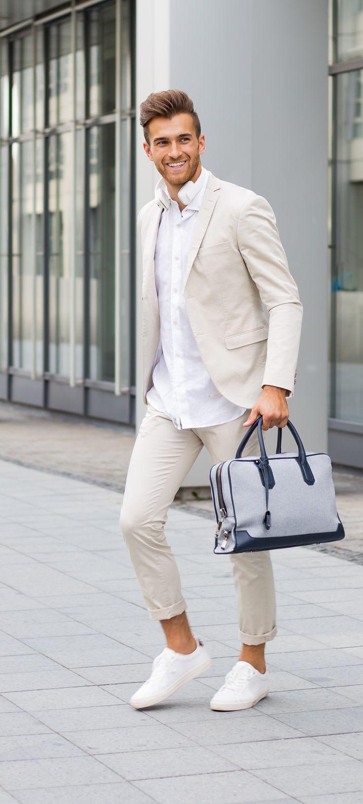 Als Grundlage meines Looks habe ich mir dieses Mal einen sehr modern geschnittenen Anzug der skandinavischen Marke TIGER OF SWEDEN ausgesucht. Das Sakko und die Hose sind aus Baumwolle und fallen im Schnitt eher schmal aus. Als Baukasten-System kann man die passenden Größen individuell zusammenstellen.
