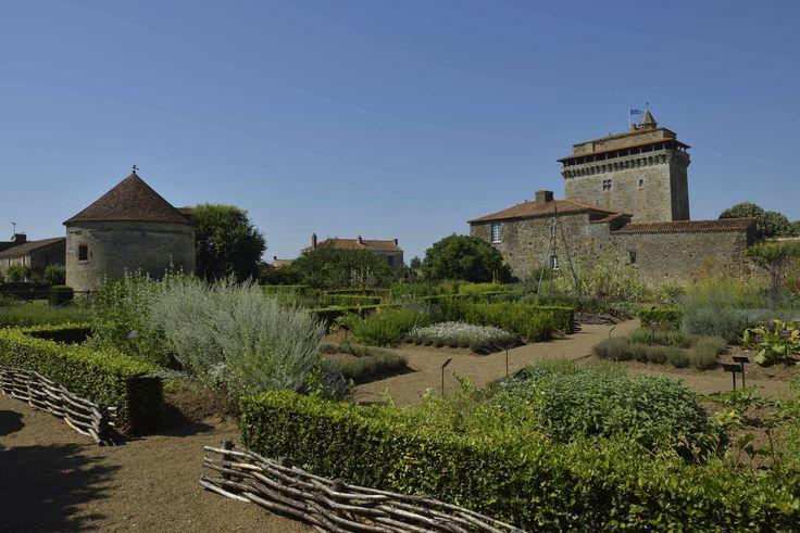 Donjon et jardin médiéval à Bazoges en Pareds. ©Pascal Baudry pour Sud Vendée Tourisme