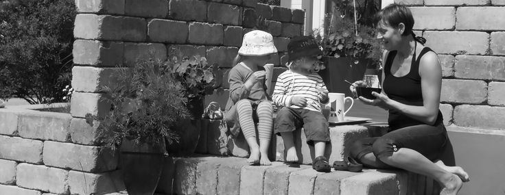 Marie bjuder barnen på fika på stentrappan en sommardag.