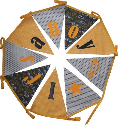 Stoffen slinger geel/grijs  met ster en auto op de vlag en tekst - It's a Boy. Kan ook met naam