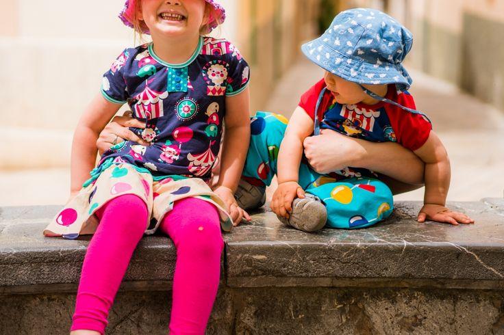 """Finnischer Zirkus auf Mallorca - Nähfrosch  Unser Familienurlaub unter der mallorquinischen Sonne war wirklich kunterbunt. Sogar diese gewagte Kombination vonShalmiakStöffchen aus Finnland war mit am Start! Luftballons und Zirkus allover, den Kids gefällts! Laute Kinder erfordern """"laute"""" Klamotten. Schnittmuster: Herbstkombi von Lillesol & Pelle, Raglanshirt von Klimperklein, Hose Frida von Milchmonster. Nähen Sewing Kids"""