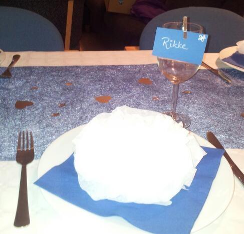 En plass med tallerken med pynt + bordkort