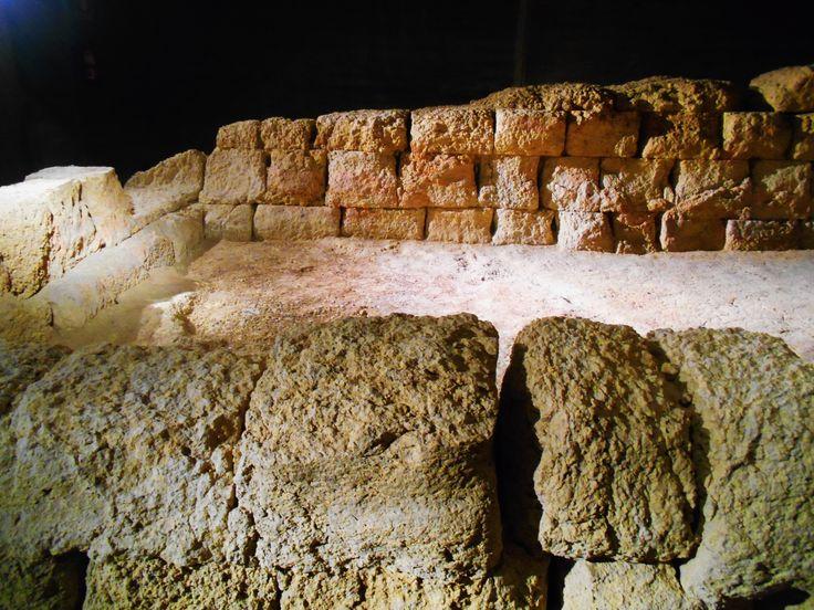 Torre Norte de Porta Principalis Sinistra. Los sillares del fondo tiene  trazas rojizas como consecuencia de las hogueras que hacían los legionarios para calentarse. Cripta de Puerta Obispo.