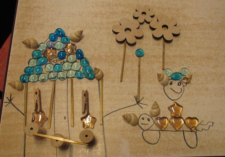 Tekenen op tafel en versieren met kleine loose parts. Nutsschool Maastricht.