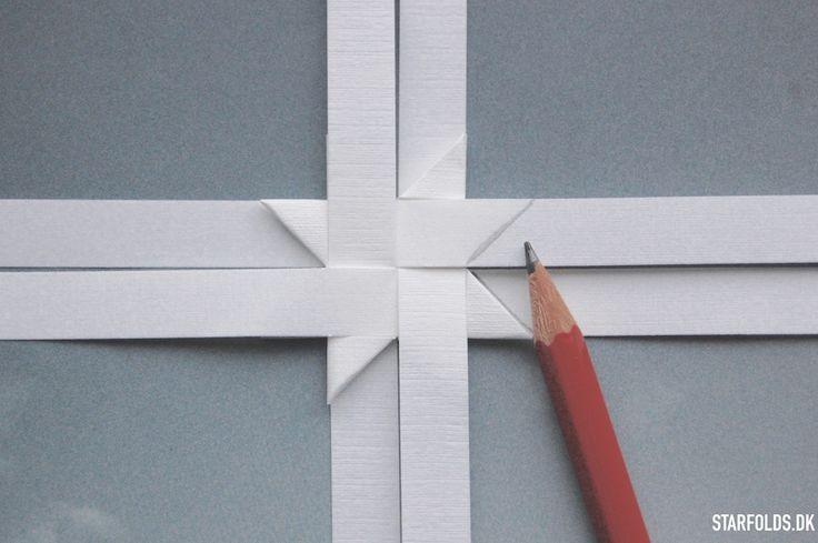 DIY Sådan fletter man flade stjerner ud af flettestrimler (to modeller) #froebel #fröbelstern - Starfolds.dk