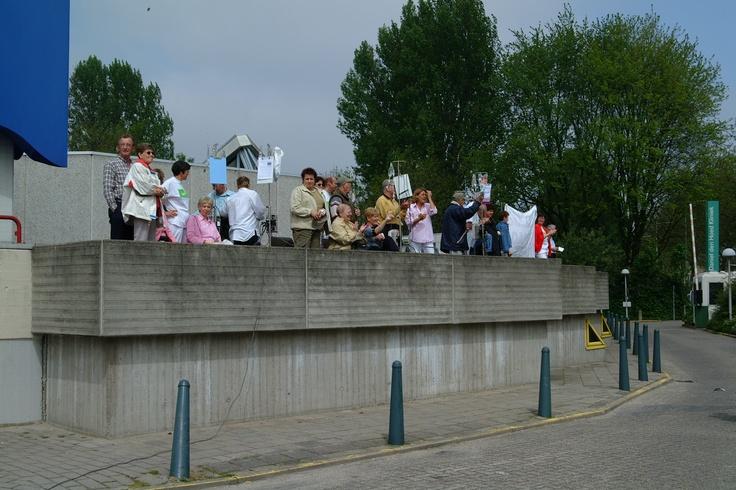 Patiënten uit de Daniel den Hoed kliniek staan naast de kant van de weg om alle Roparunners aan te moedingen.