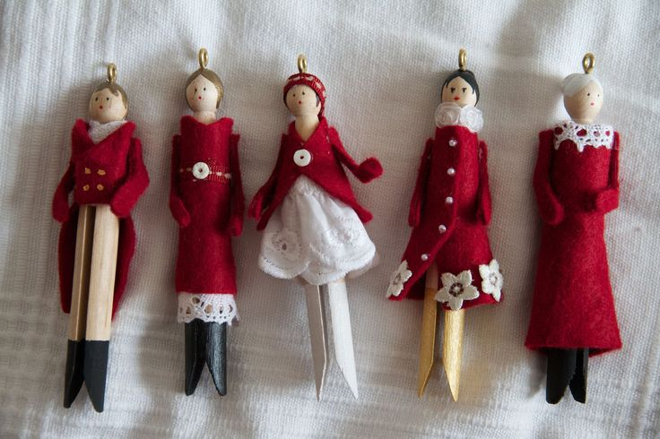 How to make beautiful clothespin doll ornaments. Comment faire de jolies poupées de Noël en pince à linge. Inspiration comes from: L'inspiration vient de: ht...