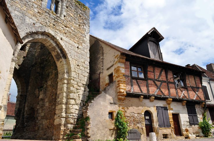 Porte nord XIIIème s. et maison à pans de bois garniture de briques du XVIème s.